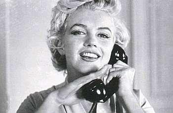 Mulher atendendo o telefone