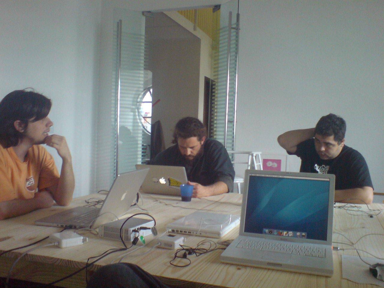 Discutindo um projeto no escritório Faber-Ludens
