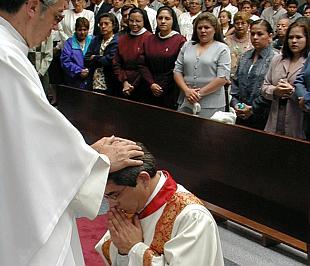 Um sacerdote católico empodera outro