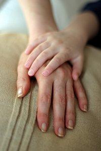 Empatia com as mãos dadas