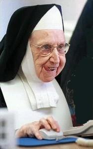 Uma freira navegando na Web