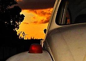 Canto charmoso do Fusca ao por-do-sol