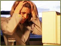 Mulher irritada no computador
