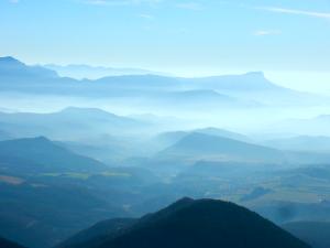 Montanhas longíncuas escondidas pela névoa