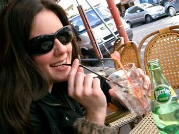 Moça bebendo sua Perrier