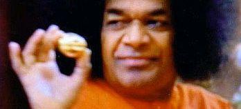 Sai Baba - um yogi indiano mestre em materializar objetos