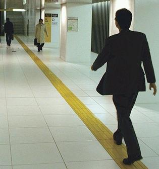 Seguindo o caminho sugerido por uma marca no chão