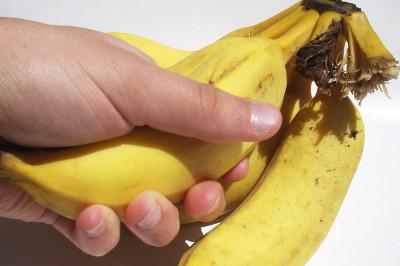 Segurando uma banana