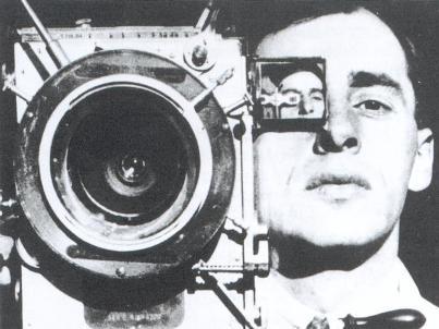 Vertov olhando a si mesmo numa câmera